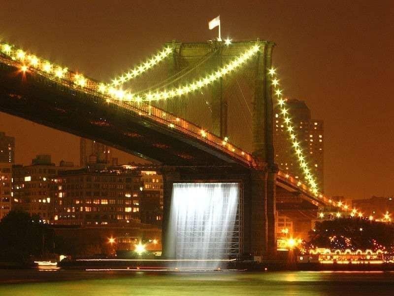 """Teil von Olafur Eliassons Projekt """"Waterfalls"""" unter der Brooklyn Bridge"""