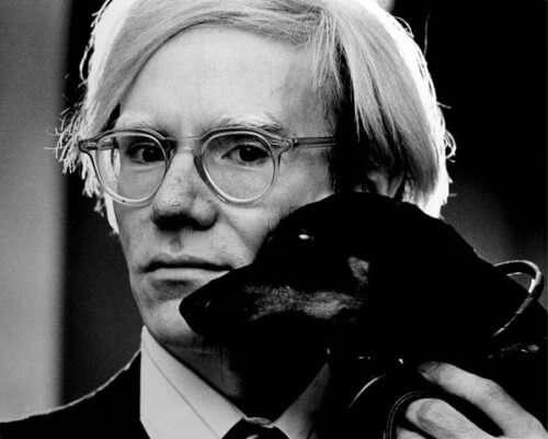 Fotoporträt von Andy Warhol mit Dachshund Archie (1973)