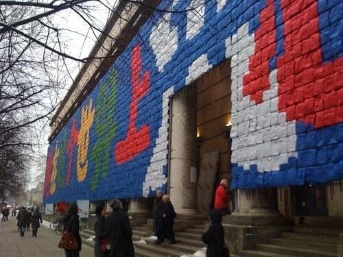 """Front des Haus der Kunst während Ai Wei Wei's Ausstellung """"So sorry"""" in München (2010)"""
