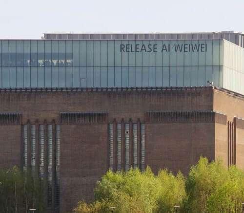 """Schriftzug """"Release Ai Weiwei"""" (entlasst Ai Weiwei) am Gebäude der Tate Modern Gallery in London, wo sein Objekt """"sunflower seeds"""" ausgestellt ist"""