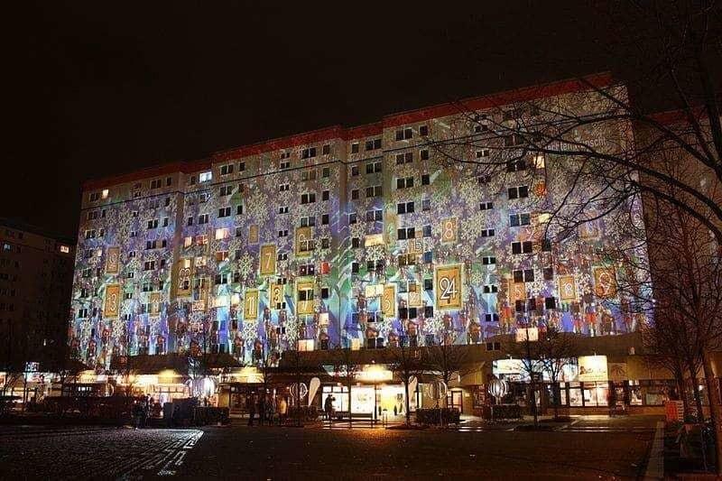 Dieses Gebäude in Hellersberg wird abends zum Advendskalender