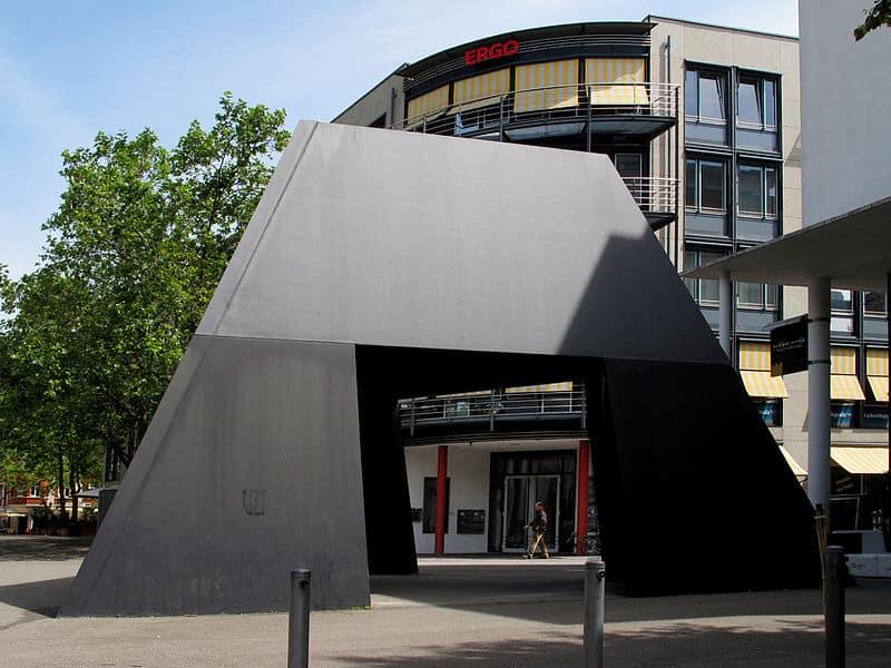Bruce Nauman: Truncated Pyramid Room (1982-1998)