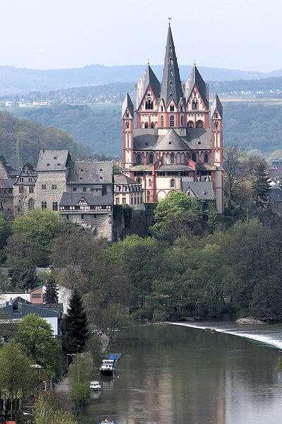 Der Limburger Dom, auch Georgsdom genannt, thront oberhalb der Altstadt von Limburg neben der Burg Limburg