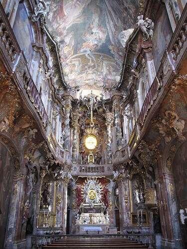 Der Innenraum von St. Johann Nepomuk (Asamkirche) in München (Sendlingerstraße)