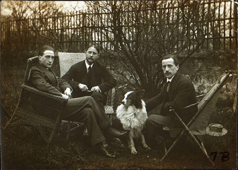 Marcel Duchamp, Jacques Villon, Raymond Duchamp-Villon, und Villon's dog Pipe im Garten von Villon's Studio, Puteaux, Frankreich (ca. 1913)