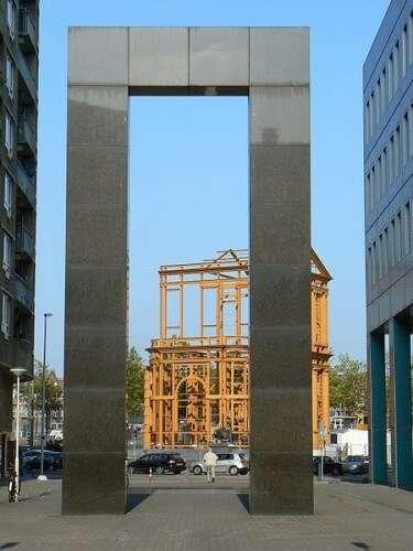 """Skulptur """"Tor und Stele"""" von Günther Förg (1994)"""
