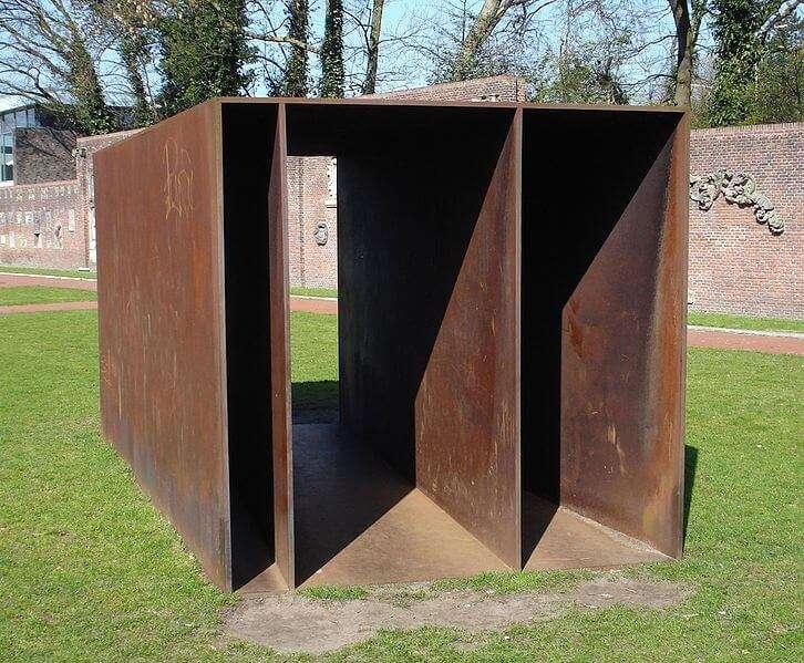 Kunstwerk von Donald Judd in Den Haag, Niederlande