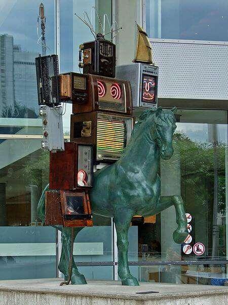 Nam June Paiks Skulptur Pre-Bell-Man vor dem Museum für Kommunikation in Frankfurt am Main
