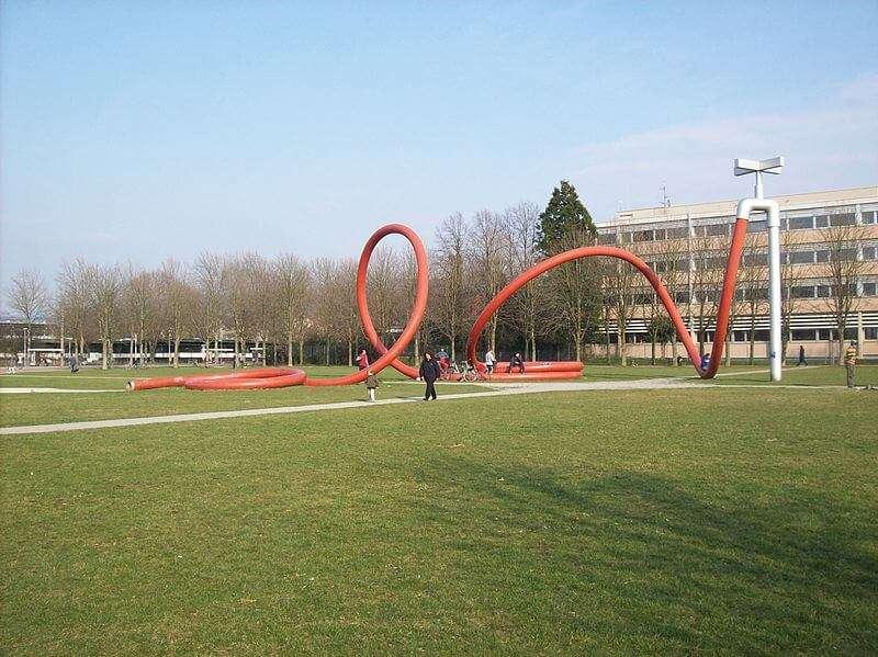Wasserschlauch von Claes Oldenburg im Eschholzpark Freiburg im Breisgau