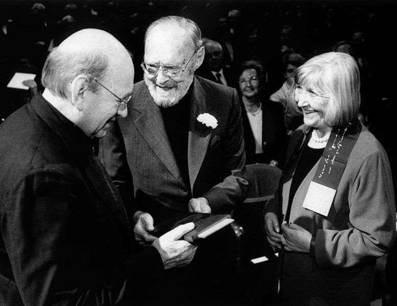 Bernd & Hilla Becher nehmen den Erasmus Preis 2002 von Prinz Bernhard der Niederlande in Empfang.