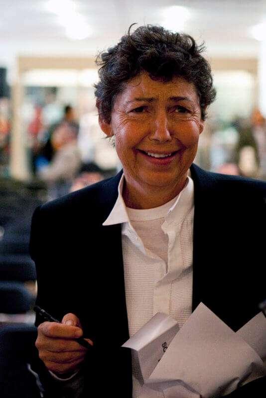 Bildhauerin Isa Genzgen während der Eröffnung ihrer Ausstellung Sesam öffne dich im Ludwig-Museum Köln.