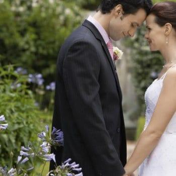 Ein professioneller Hochzeitsfotograf wird einzigartige Momente auf starken Bildern festhalten