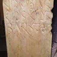 Sandstein-Skulptur mit Beschriftung (Renate Fuhrmann, 1993)