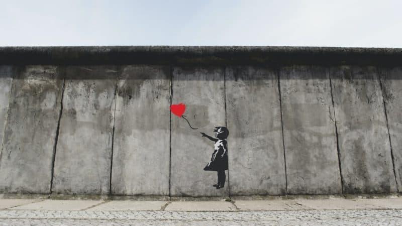Banksy's berühmtes Balloon Girl an einer Berliner Mauer