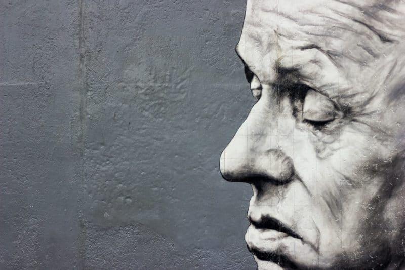 Eines der vielen atemberaubenden und zum Nachdenken anregenden Urban Art Kunstwerke an der Wand der East Side Gallery, Berlin
