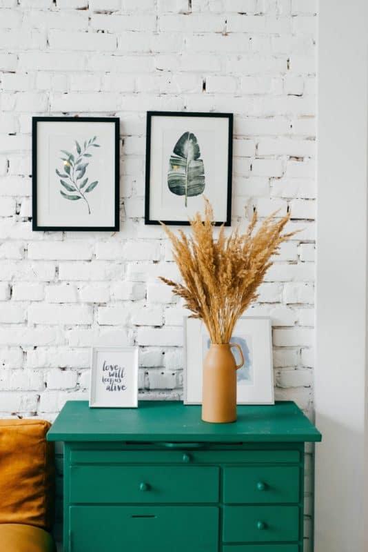 Botanische Wandkunst kann aus Pflanzen- oder Blumen-Prints bestehen