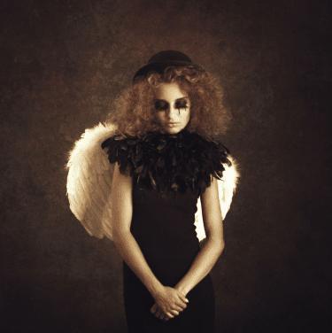 """Broken Angel"" - Konzeptuelle Fotografie von Peter Zelei als Giclée Print"